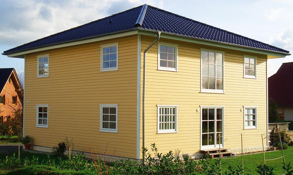 zweigeschössiges, gelbes Schwedenhaus