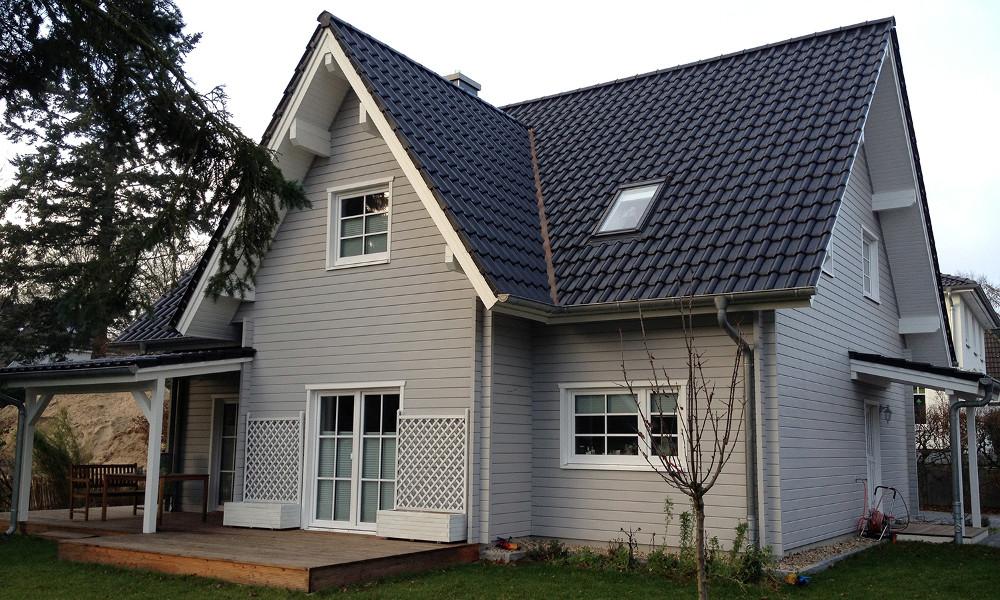 zweigeschossiges, graues Holzhaus