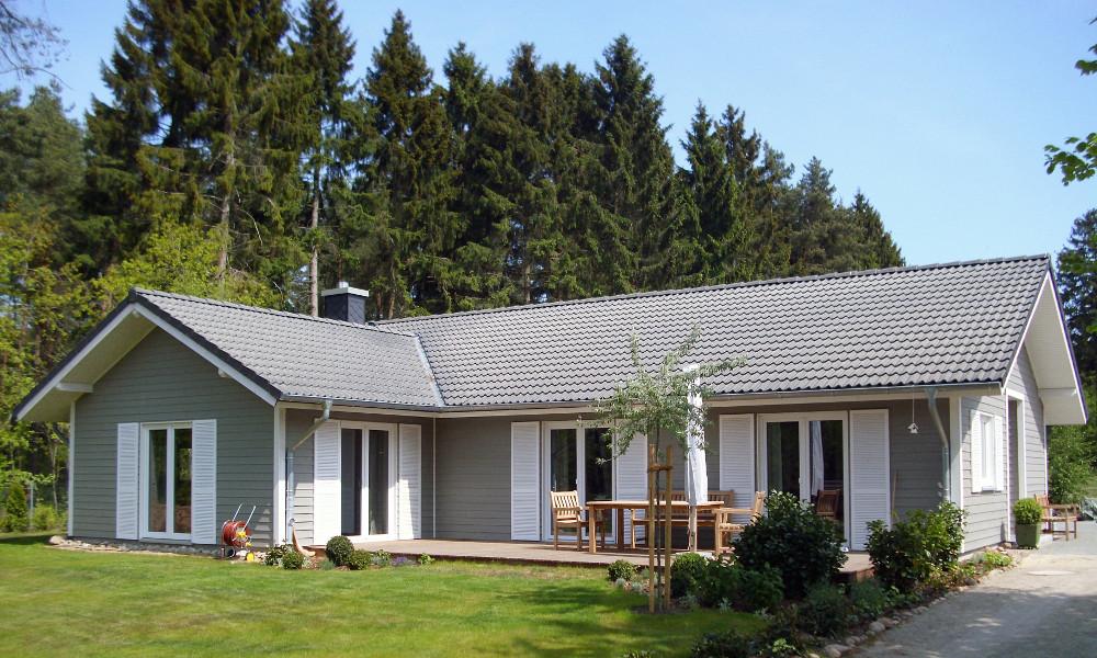 eingeschossiges, graues Holzhaus
