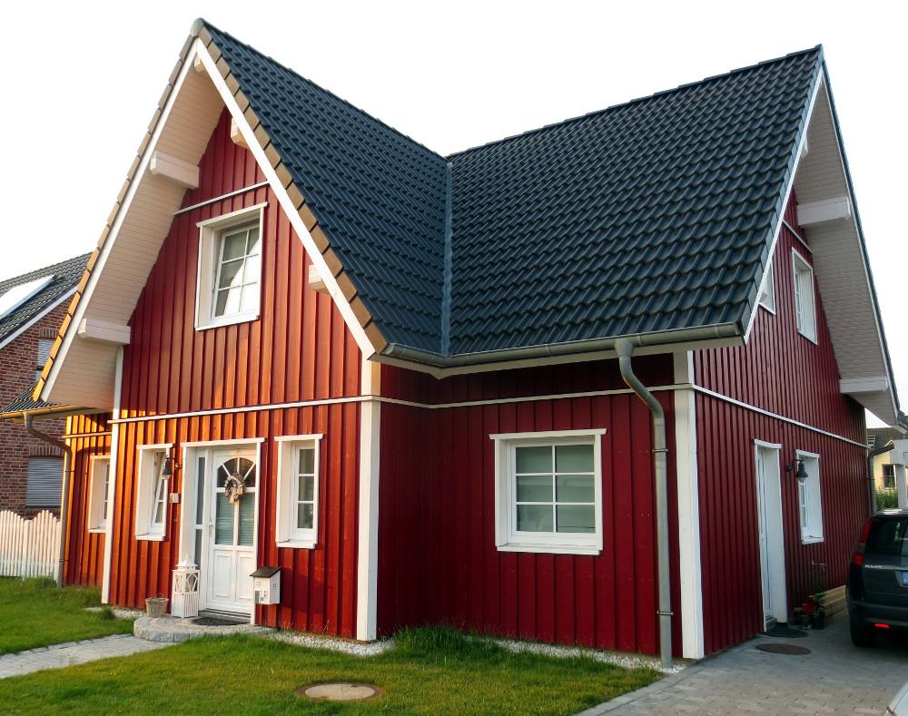 zweigeschössiges, rotes Schwedenhaus
