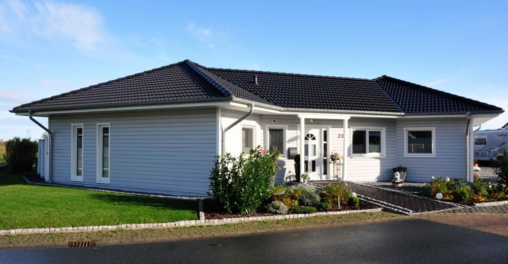 eingeschossiges, weißes Holzhaus